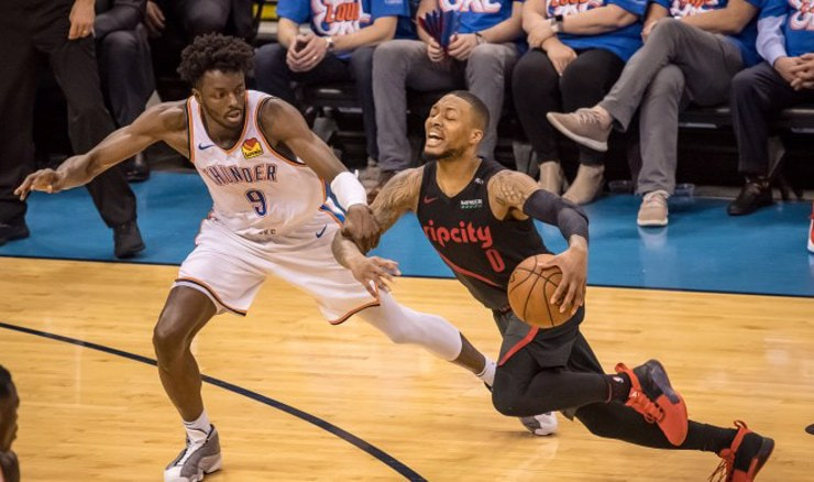 Damian Lillard  prolazi pored Jeramija Granta (Foto: Rob Ferguson-USA TODAY Sports)